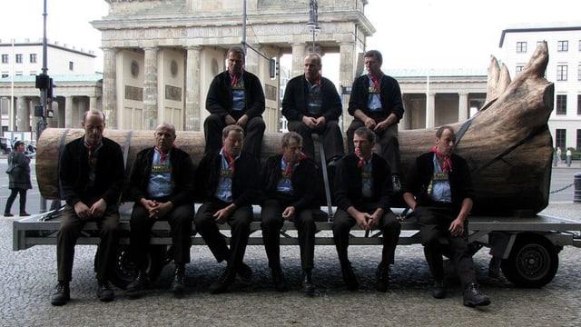 Das Bloch mit der Bloch-Gesellschaft vor dem Brandenburger Tor in Berlin.