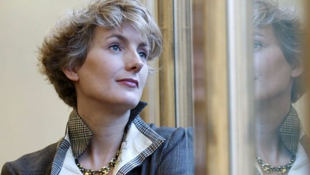 Anna Gavaldi Porträt schaut aus dem Fenster