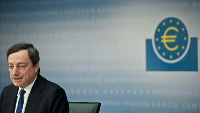 Mario Draghi vor einem Euro-Signet