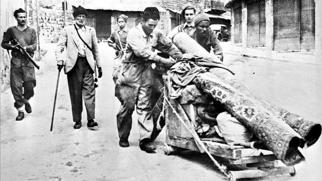 Mitglieder der paramilitärischen Hagana eskortieren Palästinenser am 12. Mai 1948 aus Haifa.