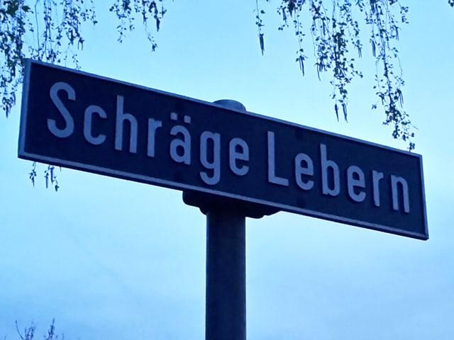 Auf einem Strassenschild steht «Schräge Lebern».