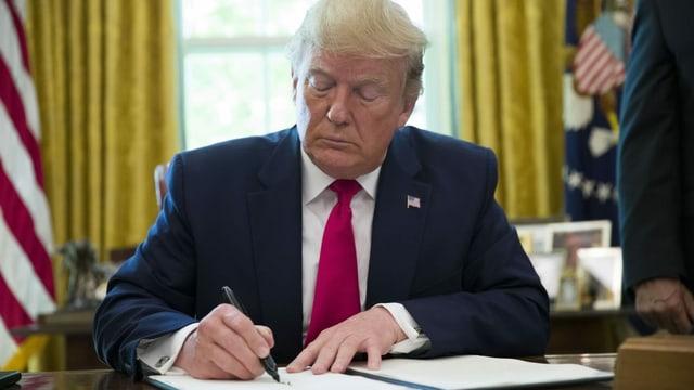 Es geht längst nicht mehr nur um legitime wirtschaftliche Ziele, sondern um ein politisches Kräftemessen: US-Präsident Donald Trump unterzeichnet am 24. Juni 2019 ein Dekret zu Erhöhung der Sanktionen gegen Iran.