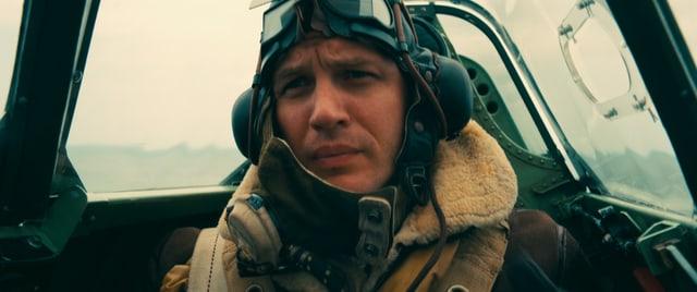 Ein Pilot im engen Cockpit seiner Spitfire.
