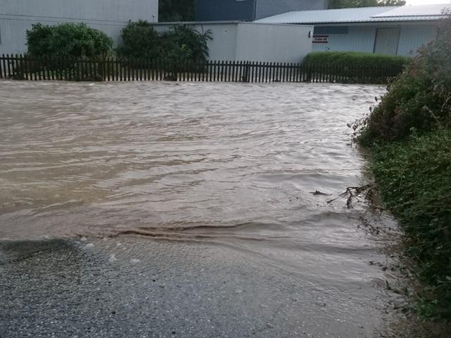 Die Wassermassen bahnten sich den Weg durch die Strassen von Zofingen.