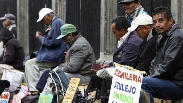 Arbeitslose in Mexiko bieten mittels Schildern ihre Dienste an.