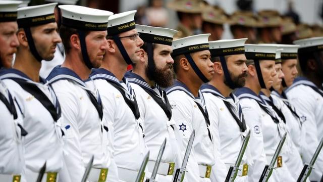 Matrosen der britischen Marine in Reih und Glied.