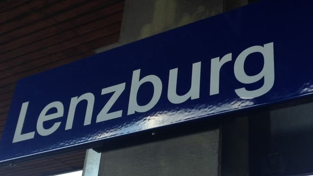 Ortsschild am Bahnhof Lenzburg