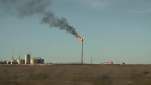 Fracking im Permian Basin in Texas. Statt das Gas in Pipelines zu lenken, wird es abgefackelt.