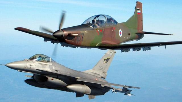 Ein Kampfjet und ein Propeller-Flugzeug
