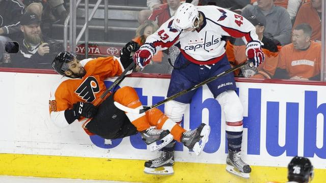 Tom Wilson von den Capitals checkt Pierre-Edouard Bellemare von den Flyers.