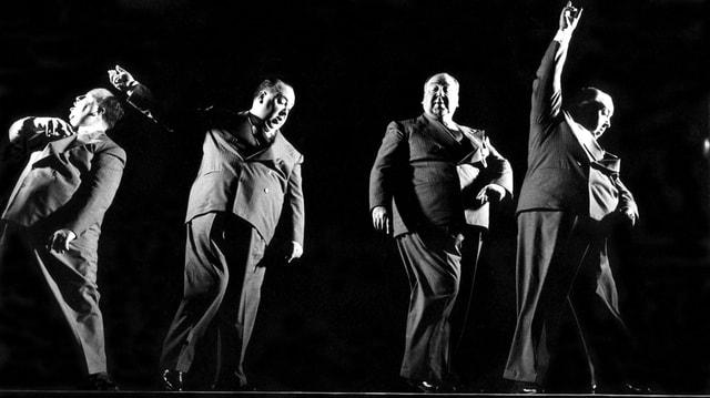 Alfred Hitchcock ist viermal in schwarz-weiss zu sehen, wie er über eine Bühne tanzt.