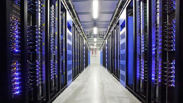 Zahlreiche Server säumen einen Gang in einem Serverraum.