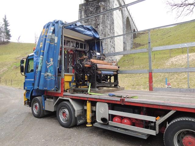 Lastwagen mit einem Webstuhl auf Ladefläche
