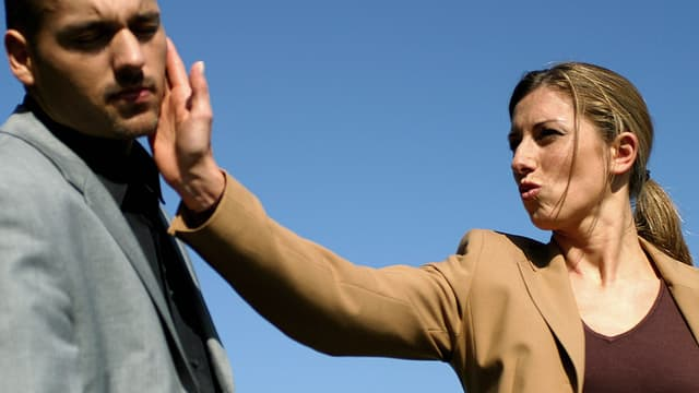 Verärgerte Frau ohrfeigt einen Mann