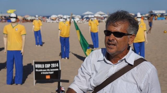Pastor Antonio Costa vor Schaufensterpuppen in Kleidung der brasilianischen Nationalmannschaft, mit verbundenen Augen.