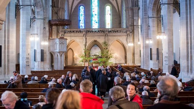 Die Trauergäste treffen in der Fraumünsterkirche ein.