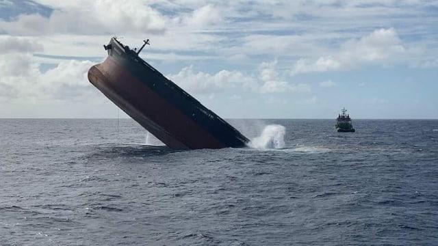 Ein Teil des havarierten Frachters vor Mauritius wurde planmässig im Meer versenkt.