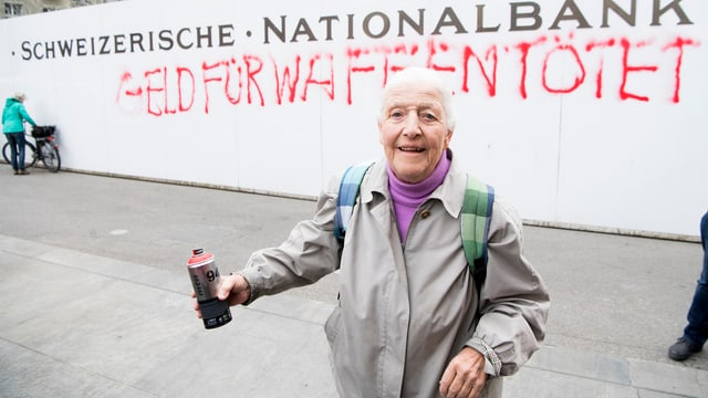 L'activista dad 86 onns ha lantschà l'acziun cun ina acziun da spray.