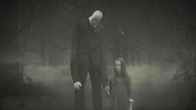 Schwarz-Weiss-Aufnahme eines grossen, dünnen Mannes mit unerkenntlichem Gesicht. An seiner Hand ein kleines Mädchen. Sie befinden sich im Wald.