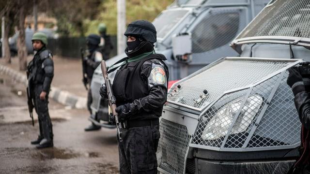 Ägyptische Polizisten im Kampfmontur.
