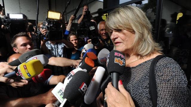 Alice Schwarzer umringt von vielen Journalisten