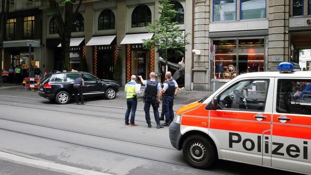 Polizei am Tatort. Im Hintergrund das Tatfahrzeug.