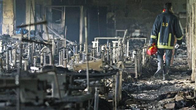 Neun Stockwerke ist die Textilfabrik hoch, drinnen grosse Säle mit Nähmaschinen. In der Nacht sind sie völlig ausgebrannt. (reuters)
