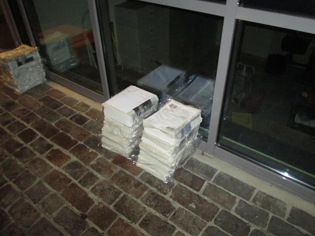 Zwei Stapel Zeitungen vor einer Tür.