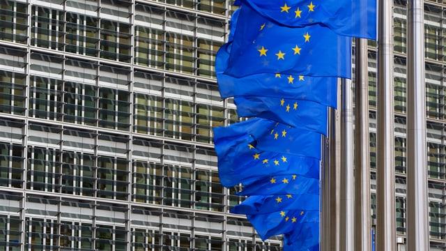 Mehrerere EU-Flagge wehen vor dem Hauptsitz der EU-Kommission in Brüssel. (reuters)