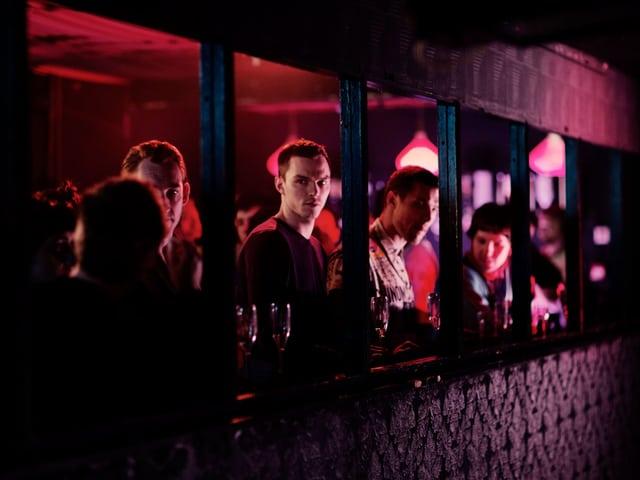Szene aus Film: Hauptdarsteller Steven Stelfox in einer Bar.