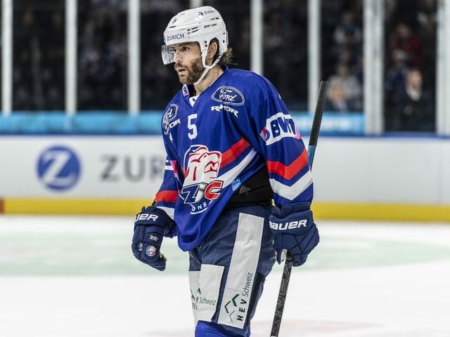 Severin Blindenbacher fährt vom Eis.