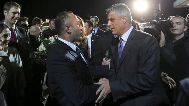 Ministerpräsident Haradinaj (links) und Präsident Thaçi (rechts) schütteln sich die Hände