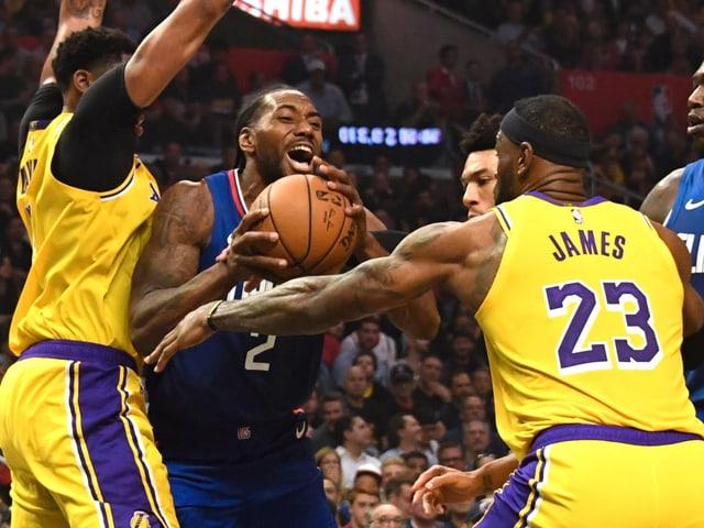 Kawhi Leonard (am Ball) schlug mit den Clippers die Lakers um LeBron James.