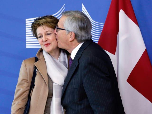 Sei so aufdringlich wie möglich: EU-Präsident Jean-Claude Juncker schlabbert Bundespräsidentin Simonetta Sommaruga ab. Annäherungsversuche wie dieser schlagen garantiert jeden ungebetenen Gast in die Flucht.