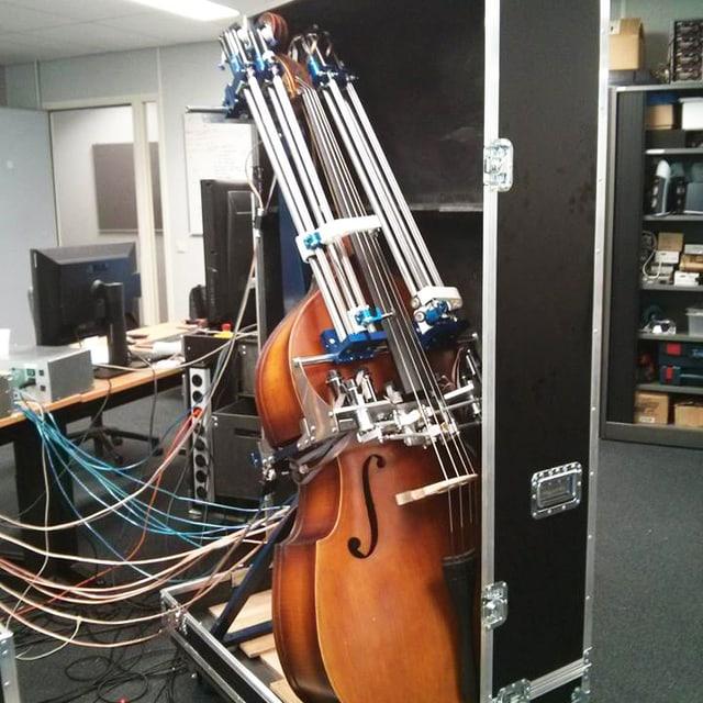 Ein Bass mit vielen Kabeln.