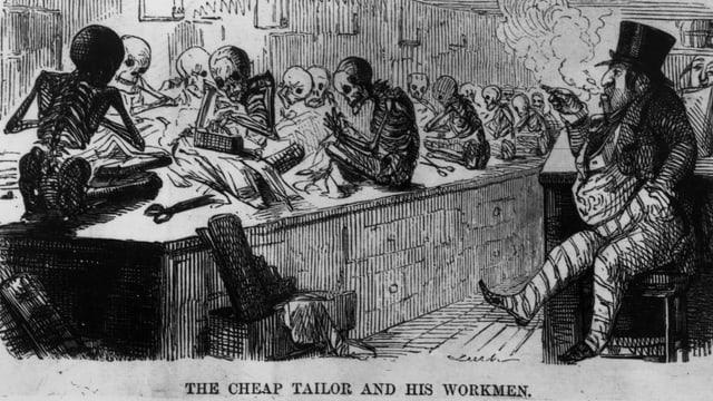 Ein fetter Fabrikant sitzt rauchend auf dem Stuhl und bewacht die auf einem Tisch sitzenden und zu Skeletten abgemagerten Schneider.