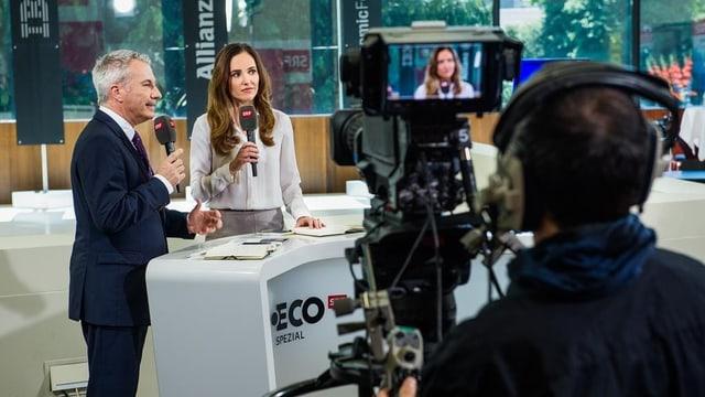 Die SRF-Moderatoren Patrizia Laeri und Reto Lipp im Aussenstudio von «ECO Spezial».