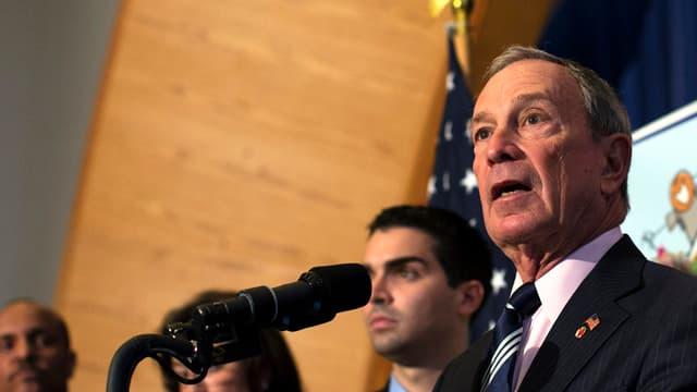 New Yorks Bürgermeister Michael Bloomberg steht am Rednerpult und spricht.