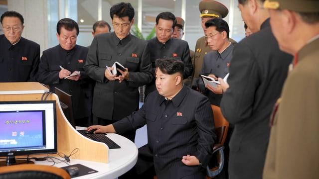 Nordkoreas Machthaber Kim Jong-Un zusammen mit Beamten und Militärs im sogenannten Sci-Tech Complex in Pjöngjang.