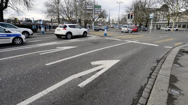 Zwei Spuren auf einer Strasse, beide biegen nach rechts ab.