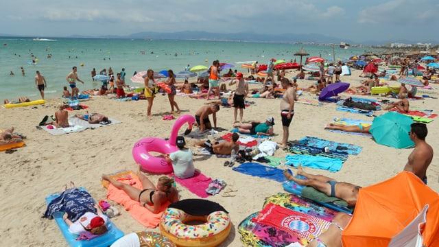 Viele Menschen an einem Strand