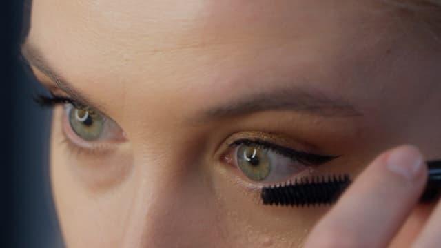 Frau schminkt sich ihre Augen
