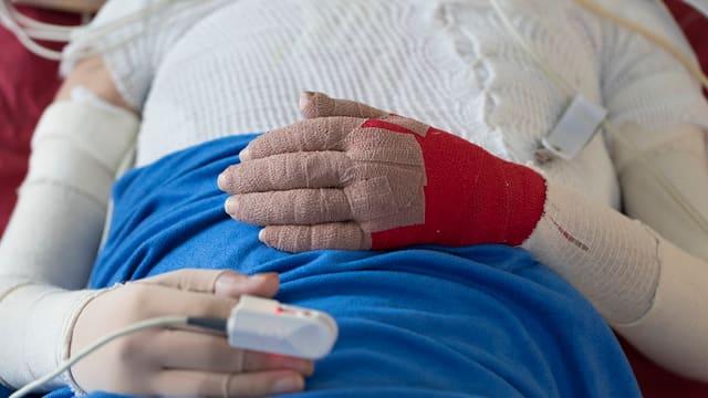 Eine Patientin mit einer Infusion im Spital