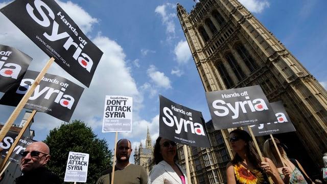 Gegner eines Militärschlags gegen Syrien demonstrieren vor dem Parlament in London.