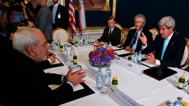 Irans Aussenminister Mohammad Javad Zarif (links) redet mit US-Aussenminister John Kerry