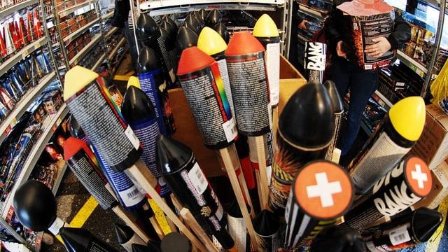 Mehrere Raketen stehen bereit für den Verkauf anlässlich des 1. August.