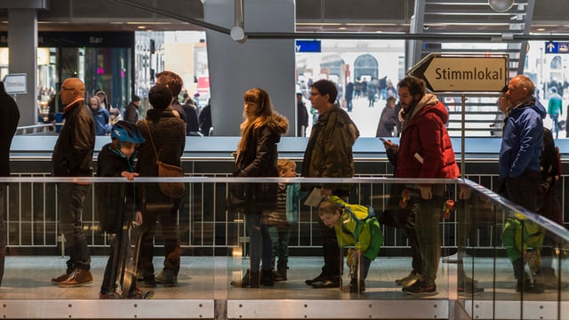 Warteschlage vor dem Stimmlokal am Hauptbahnhof Zürich.
