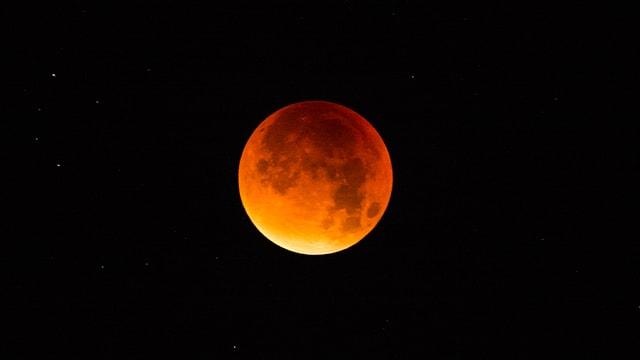 Rost-rot verfärbter Mond während der Mondfinsternis über der Schweiz am 28. September 2015.