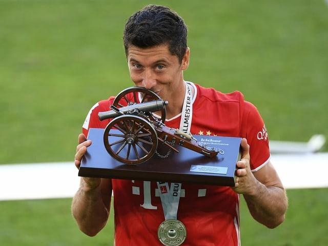 Neben der Meisterschale durfte sich Bayerns Robert Lewandowski auch über die Torjäger-Auszeichnung freuen. Mit 34 Toren verpasste er Gerd Müllers Rekord aus der Saison 1971/72 am Ende um 6 Treffer.