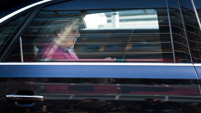 Merkel im Auto.